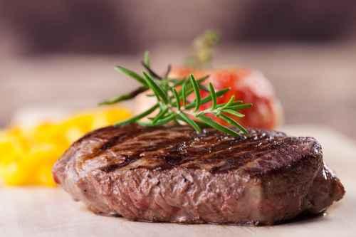 Steak vom Grill mit Pommes frites und Tomaten